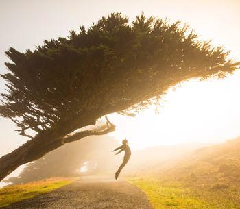 10分の瞑想で感じて欲しいことが「今この瞬間の自分の状態と現実をあるがまま受け入れる」ということ。過去や未来にとらわれ過ぎるのは、慢性的なストレスに繋がりやすいと言われています!そこで、「今」というこの瞬間だけに意識を集中することで過去や未来への不安などを断ち切るマインドフルネスによって、余計な感情や思考から離れることが出来るようになりますよ。これがストレスフリーへの第一歩です。