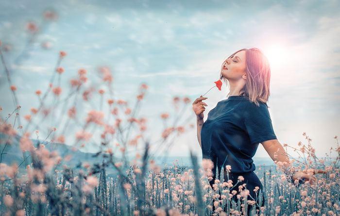 瞑想の最大のメリットはリラックス効果。リラックスすることで不安が解消されたり、幸福感が増したり、日々感じるストレスから解放されるといわれています。ただ1、2日では効果は得られないので、短時間でもいいので毎日続けることが大事。日々の積み重ねによって、その瞑想の効果を体感出来るようになっていきます。