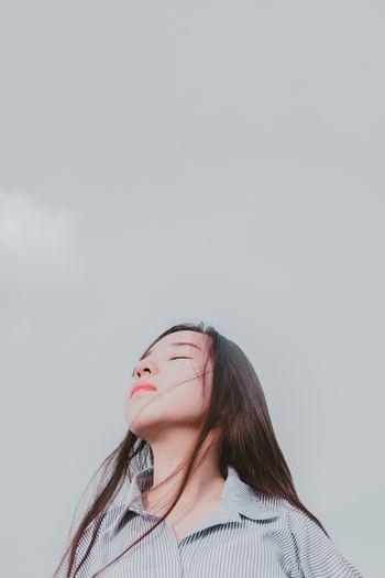 そのあとはもっと広く、「自分の今いる空間」へと意識を広げていきましょう。自分の周りで聞こえる音、温度や空気の流れなど、感じれることは全て感じるようにしてみてください。意識の幅を広げることで、ずっと付きまとっていた雑念が自分の体の外に押し出されていくのを感じることでしょう。