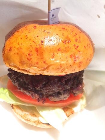 神戸に来たなら食べてほしい、神戸牛を使った贅沢なハンバーガー。お肉そのものを食べているようなボリューム感です。