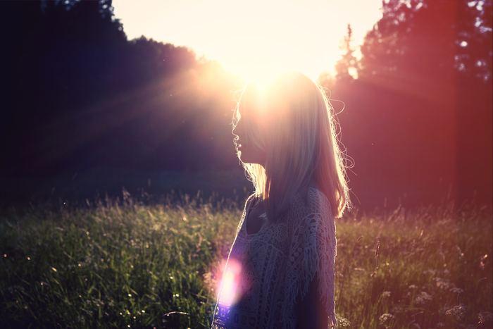 呼吸を続けていく中で色々と雑念が湧いてくると思います。「今日はあの仕事終わらせなくちゃ」や「あの子に連絡しなくちゃ」など。こんな風に考え始めた時は呼吸に意識を戻すようにしましょう。  「私雑念ばっかり!」と自分を責める必要はありません。「私はこんなことを考えている」と客観的に自分の心と向き合って、それを受け入れるようにしましょう。そしてまた呼吸に意識を戻せばいいのです。