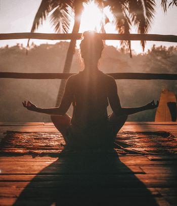 瞑想は座禅と思われがちですが、自宅で行う瞑想に関してはどんな態勢でもOKです!体が楽な態勢で座りましょう。そして背筋を伸ばし体の力は抜いてください。力を抜いたところで、目も軽く閉じましょう。
