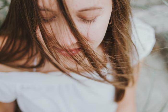 呼吸が整い始めたら、次は体全体にも意識を向けてみましょう。自分の体に流れる血液、そしてその血液が体の中を循環しているということを呼吸と合わせて感じてみてください。