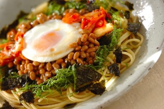キムチと納豆の名コンビに、めんつゆが加わったら…想像するだけでヨダレが出てきてしまいそうな納豆パスタ。大葉をたくさんそえてさっぱりいただきましょう!