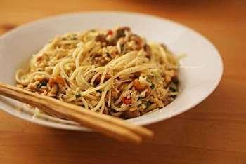 キノコのマリネとひきわり納豆を、ペペロンチーノ風にオイルで和えたパスタのレシピ。ちょっと意外な組み合わせですが、酸味がきいて美味しそう!