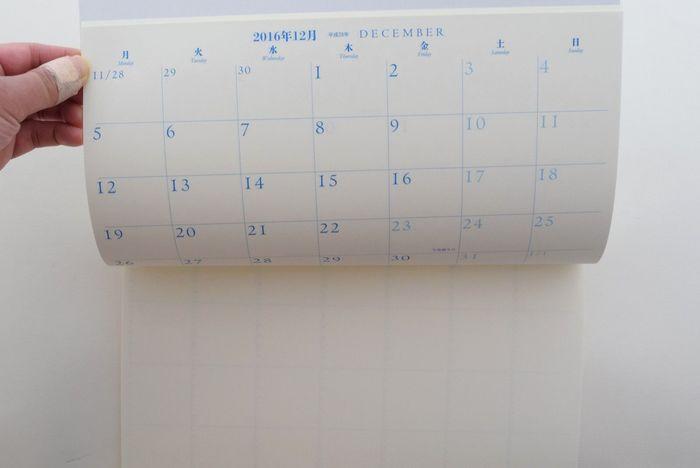 マンスリーの良い点は、開いた時にパッと1ヶ月分の予定が把握できること。 大きいサイズなら家用でカレンダー代わりに使うこともできます。 家族みんなのスケジュールを確認できるように、家に帰ったらリビングなどに置くようにして使うのも良いですね。