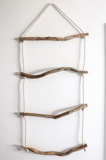 流木をロープでつなげば、華奢な雰囲気のラダーに。壁にかけておくだけで絵になります。