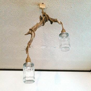 自分好みの形の流木を探して作るランプ。流木にランプをそっと巻き付ければ、ぐっと雰囲気の増す素敵なランプの完成です。
