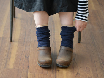 天然素材(綿・毛)→絹→天然素材…というように、絹を挟みながら靴下を重ねるのがポイントです。吸湿性と通気性に優れた絹は、余分な湿気や汗を放出してくれます。足元が冷えやすい冬はさらにもう一枚、少し大きめのソックスを重ねると◎。カバーソックスとして履けば、ぽかぽかの温かい状態を保ちやすくなりますよ。