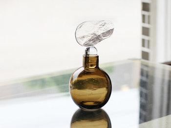 雲をイメージした栓がついたきれいなガラス作品。手作業で作られたボトルは、窓辺にさりげなく飾るだけで絵になります。光を受けてきれいにガラスがきらめいて、眺めているだけで優しい心地になりますよ。