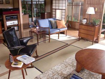 広々とした空間に、木目がきれいなヴィンテージ家具がところどころに置かれた空間。縁側が近い風通しのいい畳の部屋は、どこにいても居心地がよさそうです。