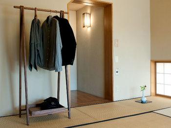 畳の部屋は、置くものをシンプルにそぎ落としてもとても素敵。小さな花瓶をちょこんと置くだけで絵になるのが、畳の部屋の良さですね。