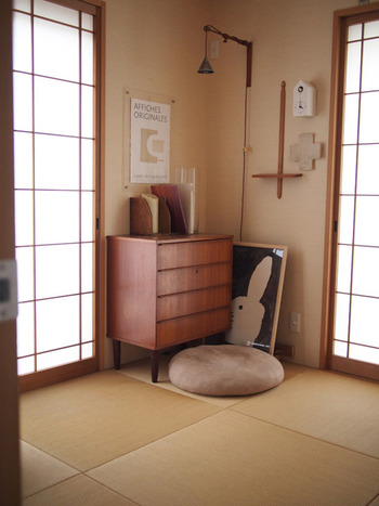 和室に北欧風の家具が置かれた和モダンな空間。障子の木枠と色味が合わせられた家具や小物からは、全体の統一感を感じられます。デザイン性のあるポスターでモダンな遊び心をプラス◎