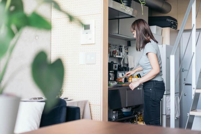ワンルームにありがちな小さくて狭いキッチンは、作業スペースが少なく料理を作るのも大変。キッチンツールや調味料を置く場所にも困ってしまいます。 小さくても使い勝手良くされているお家では、どのような工夫を凝らされているのでしょう。 いろいろなキッチンを例にヒントを探してみました。