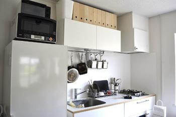 収納棚上の空いたスペースだって有効活用。 ボックスは手に取りやすいよう、指を引っ掛ける穴付のものを選ぶと◎