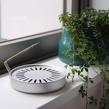 今の時代にフィットする新しいジャパニズムを集めたブランド「STYLE JAPAN(スタイルジャパン)」から届いた、蚊遣と蚊取り線香。  どんなインテリアにも溶け込むモダンなデザインの「香遣」。夏だけでなく、お香やアロマを通年楽しめることから「蚊」という文字の代わりに「香」を使っているのだそう。持ち運びも簡単で、持ち手の穴に紐を通せば吊るして使うこともできます。