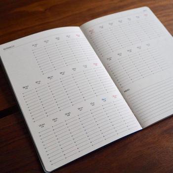 見開きで1ヶ月のタイムスケジュールが見れます。 To do リスト代わりにも使えそうですね。