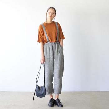 グレンチェックのサロペットパンツスタイルに、ショルダーバッグとオジ靴を合わせたシックなコーディネート。インナーの半袖もテラコッタカラーをチョイスすることで、より秋らしさが漂います。