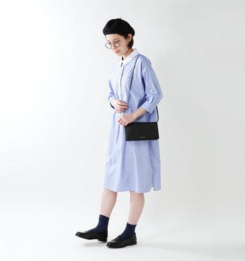 爽やかなライトブルーのシャツワンピースも、レザーのローファーとミニショルダーでシックなテイストをプラス。ベレー帽・ソックス・メガネで、スクールガール風なスタイリングです。