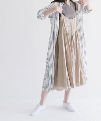 リネンやコットンのナチュラルな自然素材の服は、洗いざらしのままでも素敵でアイロンいらず◎ 夏でもさらりとした肌ざわりが心地よく、洗濯も気にせずできるのも魅力的ですね。