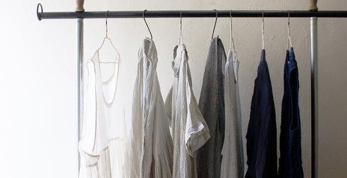 洗いざらしのままで素敵な服は、出来たシワも味わいになり気にせず着られます。 影やニュアンスを生み出すシワもまた素敵なんです。