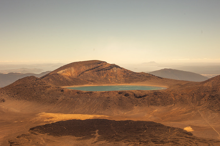 北島の中央部に位置する「トンガリロ国立公園」は、ニュージーランドで一番歴史の古い国立公園。世界遺産に登録されており、マオリ族の聖地としても守られています。エメラルドグリーンの火口湖や、草原など珍しい景色の自然に包まれています。 ちなみに『ロード・オブ・ザ・リング』の「滅びの山」は、ここにあるルアペフ山です。