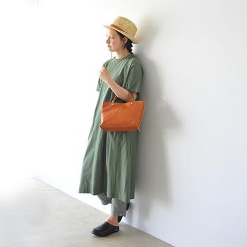 くすみがかったグリーンのワンピース×グレーのパンツのニュアンスカラーが印象的なレイヤードコーディネートです。オレンジブラウンのレザーハンドバッグを優しく馴染ませて、ブラックのスリッポンでシックな雰囲気を演出。