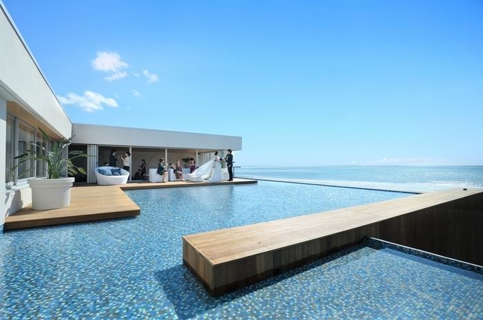 主に、結婚式場として使われているアマンダブルー鎌倉では、6月~9月の夏季限定でリゾートBBQが楽しめます。アメリカ西海岸のような由比ヶ浜を一望できるスカイラウンジ。手ぶらでゆったりと楽しむことができる、贅沢な大人のBBQです。