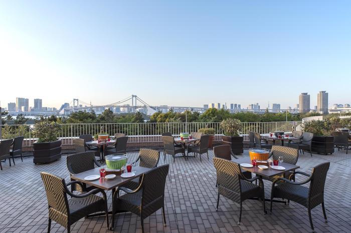 レインボーブリッジが一望できるヒルトン東京お台場の「アブレイズ」では、料理長が厳選したロース肉や新鮮なお魚など、ひと手間加えたBBQ料理を無煙炭火焼きで楽しめます。
