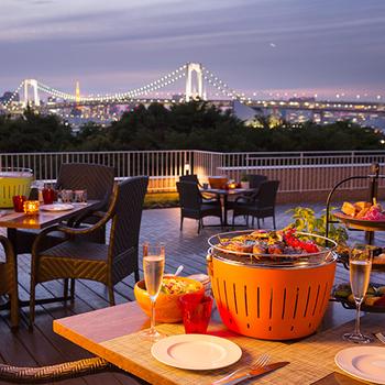 日が暮れてからは夜景も楽しめてムーディーな雰囲気に♪心地良い風を感じながらのBBQは、まさに大人の贅沢時間です。