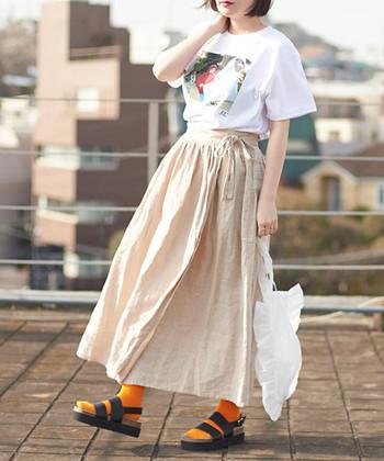 明るいベージュがナチュラルな雰囲気のリネンのラップスカート。ボリュームがあり、ふんわり風になびいて心地いい。Tシャツとカジュアルに合わせてもラフな雰囲気で素敵です。