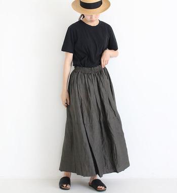 ブラックでまとめたコーデも、リネン素材のスカートなら軽やかさが出せます。サンダルやストローハットも夏らしいアクセント。