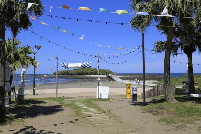 海で豊かな時間を過ごせる「AOSHIMA BEACH PARK」。ポキボウルやフォーなどの飲食店の他、音楽イベント、ビーチヨガなども開催しています。春から夏にかけて、カヌーやカヤック体験、花火大会なども開催されています。