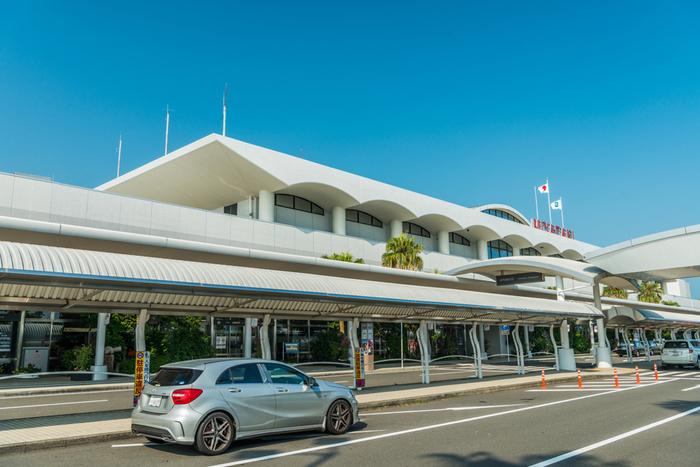 宮崎の空の玄関口、宮崎ブーゲンビリア空港は、ハワイのローカルな空港を彷彿させるようなリゾート感のある雰囲気が素敵な空港です。マンゴーを使ったお菓子や宮崎牛、有名なゴボチ(ごぼうチップス)など宮崎の特産品がたくさん揃っているので、お土産選びにも最適の場所ですよ。