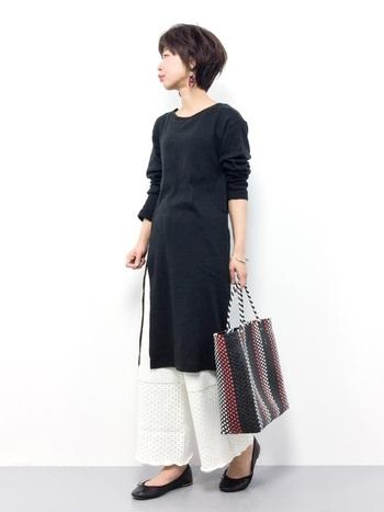 シンプルなカットソーワンピースにワイドニットパンツを合わせたモノトーンレイヤードスタイル。透かし編みのパンツとバレエシューズが、ほんのりロマンティックさをプラスしています。