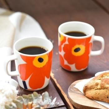マリメッコのアイコン的存在と言えば、ケシの花をモチーフにした「UNIKKO(ウニッコ)」。マリメッコファンでなくとも、一度は目にしたことがあるという方も多いのでは?  ポップな定番柄のマグカップとラテマグ。明るいオレンジカラーのマグにコーヒーを注げば、眠たい朝でも元気がわいてきそう♪