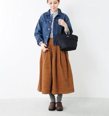 デニムジャケットを羽織ったオトナカジュアルな秋コーデ。濃いめのブラウンのサボにキャメルブラウンのスカートがマッチしています。ソックスをくしゅっとさせて、足元にボリューム感を出すのもオシャレ。