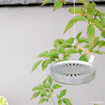 生活感を感じさせない、シンプルでナチュラルな蚊取り線香入れです。持ち運びしやすく、置いたり吊るしたり、シーンに合わせて様々な使い方ができて重宝します。