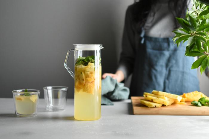 透明感のあるガラス素材は、夏の食卓に欠かせない存在。こちらのジャグは、シンプルかつ機能性に優れたスマートなデザインが魅力です。どんなドリンクもスタイリッシュに演出してくれます。