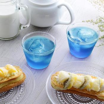 透き通るブルーが印象的な緑茶です。神秘的な青い花のハーブ「バタフライピー」がブレンドされており、こんなに鮮やかでも天然色素なので安心。健康や美容のサポートに飲む方が増えている注目のドリンクです。