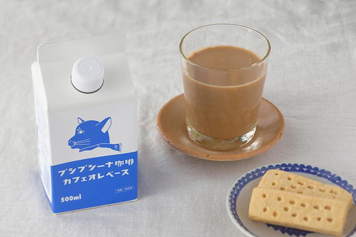アンニュイな猫のキャラクターがトレードマークの、香川の自家焙煎珈琲店「プシプシーナ珈琲」。こちらは牛乳で割るだけで、アイスカフェオレがすぐに作れるカフェオレベースです。専門店の味を気軽にどうぞ。