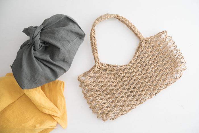 ざっくりとしたネット状の編み目が軽やかなトートバッグです。普段使いはもちろん浴衣にも合うので、夏祭りや花火大会などでも活躍しそう。