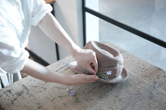 軽くて折りたたむこともできる、ナチュラルなハットです。付属のハットピンは一輪挿しのように使うことができ、季節のグリーンをあしらって楽しめます。