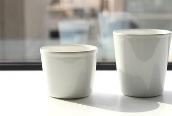 琺瑯を施し、金属の丈夫さとガラスの繊細さを兼ね備えた陶器のカップです。注目すべきは氷を入れた時。清涼感のある澄んだ音が響くんですよ。
