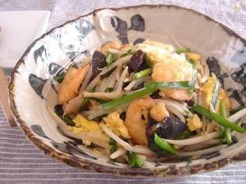 エビやきのこ、ニラなど具沢山の炒め物。冷凍もやしは、炒め物の中でも特にもやし以外の具材がたくさん入っているものだと、よりおいしく頂けます。