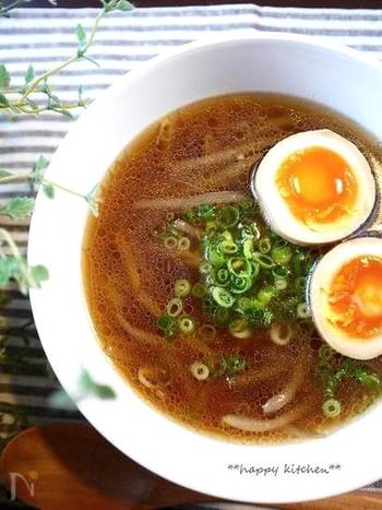 醤油ラーメン風のもやしスープ。しんなりした食感になる冷凍もやしを使えば、よりラーメンの麺に近くなりそうです。ダイエット中のラーメン代わりのヘルシーメニューとしてもいいですね。