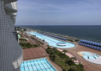 ホテルの前面に広がるプール群は、1957年に開業し、日本のプールリゾートの先駆けとなった「大磯ロングビーチ」。ウォータースライダーや波の出るプール、子ども用プールも揃っていますよ。