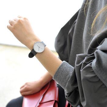 イギリスのプロダクトデザインブランド「INSTRMNT(インストゥルメント)」から、自分の手で作り上げる腕時計が登場。  シンプルなミニマムデザインの時計は、ベルトと文字盤と工具が別々の状態で販売されています。自分の手で組み立てた時計は、愛着を持って毎日身につけたくなる大切な宝物になりますよ。