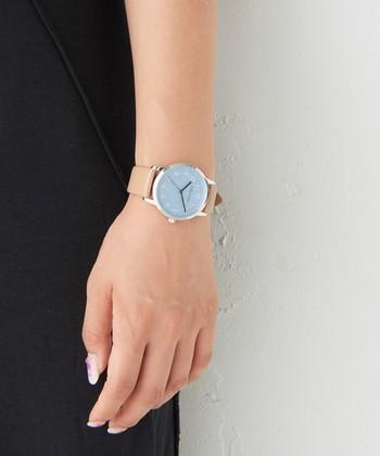 電池の寿命が約4年も持つという、省エネ目線で作られた腕時計。もちろん機能性だけでなく、グレーの文字盤にベージュのベルトを合わせたデザイン性も魅力のひとつです。  他にもネイビーやホワイトなど、女性らしいカラーリングが全5色で展開しています。