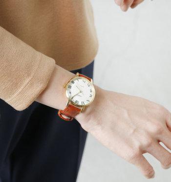 1981年に、アンティーク時計を日本で広めたいという想いから生まれたブランド「VIDA+(ヴィーダプラス)」。36ミリの大きな文字盤は、女性の腕につけると存在感がグッと増しますね。  ブラウンのレザーバンドが柔らかな印象を与える腕時計ですが、もっとシックにキマる黒のレザーバンドも展開中です。